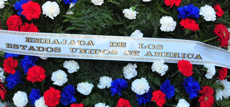 Ofrenda Floral con banda que dice Embajada de los Estados Unidos de América [U.S. Embassy Photo: Pablo Castro]