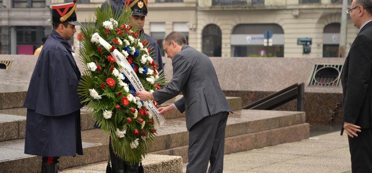 Bradley Freden coloca la ofrenda floral a los pies del monumento a José Gervasio Artigas. [U.S. Embassy Photo: Juan Francisco Casal]