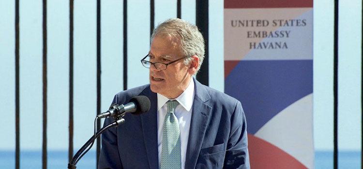 El embajador Jeffrey DeLaurentis, Encargado de Negocios de la Embajada de EE.UU. en La Habana, durante la ceremonia en la que se izó la bandera estadounidense en la Embajada de los Estados Unidos en Cuba el 14 de agosto de 2015.