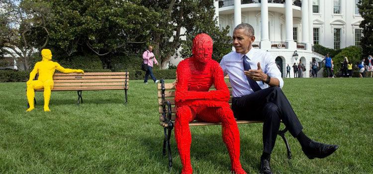 """El presidente Obama sentado junto a una figura de tamaño real hecha con """"Lego"""" durante la preparación para el festival """"South by South Lawn"""" en la Casa Blanca (La Casa Blanca/Pete Souza)"""